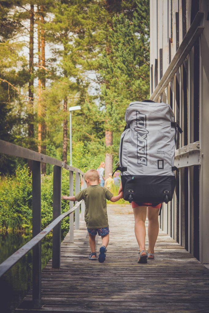 När man paddlat färdigt är det enkelt att släppa ut luften, packa ner brädan och tillbehören i väskan och sedan gå hem igen.