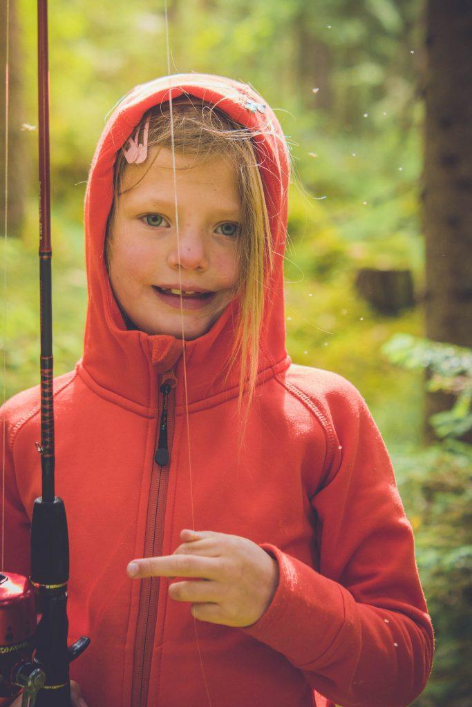 Glad och nöjd liten fisketjej